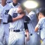 高校野球高知県大会で珍事www 肩を脱臼して苦しむ選手に監督が近づいて→ゴットハンドwww