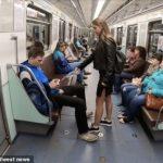 電車内で股を開いて座っているバカ男に対し、美人女子大生が股間に液体をかける運動を開始