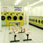 【画像】コインランドリーでパンツ姿で洗濯物を入れてる女が撮られる