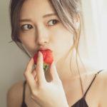 白石麻衣(26)のイチゴぱっくりキャミ姿の最新グラビアがエロいww【エロ画像】
